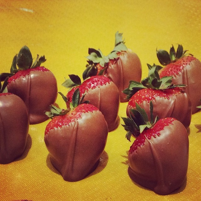 Godiva's famous chocolate-dipped strawberries! This is SR 10 a piece!!! The strawberries are huge and imported and Godiva is Godiva... but this is helluva expensive for a piece! Might as well buy the bars and make your own. ??? #godiva #godivariyadh #takhasussistreet #riyadh #saudiarabia #chocolaterie #berrychocolatey ?????? #thepinktarha ➡️ www.thepinktarha.com ? www.facebook.com/thepinktarha